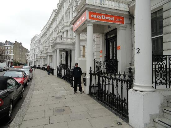 ‪‪easyHotel London South Kensington‬: Front entrance