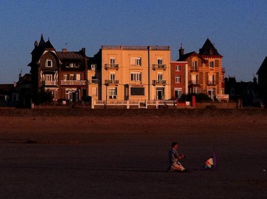 Hotel Alba bei Sonnenuntergang vom Strand aus gesehen