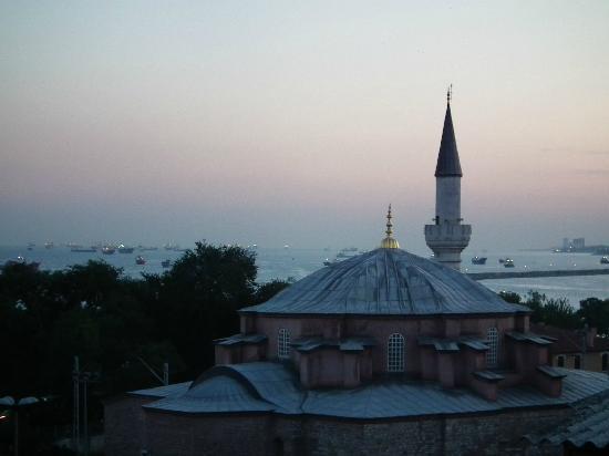 GLK PREMIER The Home Suites & Spa : Coucher de soleil sur la petite Sainte Sophie et la mer de Marmara pris de la terrasse de l'hôte