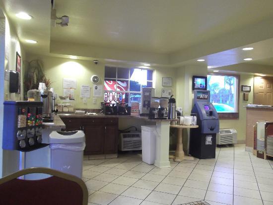 Econo Lodge  Inn & Suites Maingate Central: Petit déjeuner et ATM ($$$).