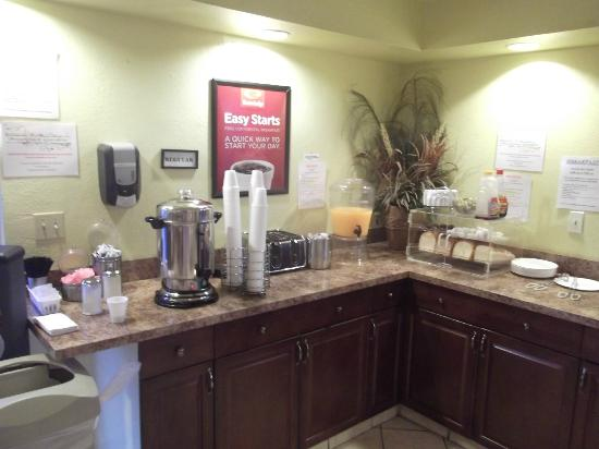 Econo Lodge  Inn & Suites Maingate Central: Petit déjeuner continental gratuit.