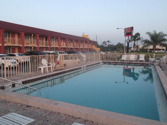Econo Lodge  Inn & Suites Maingate Central: Piscine en plein soleil sans ombre.