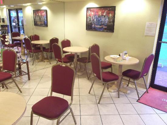 Econo Lodge  Inn & Suites Maingate Central: Salle à manger avec mur miroir.