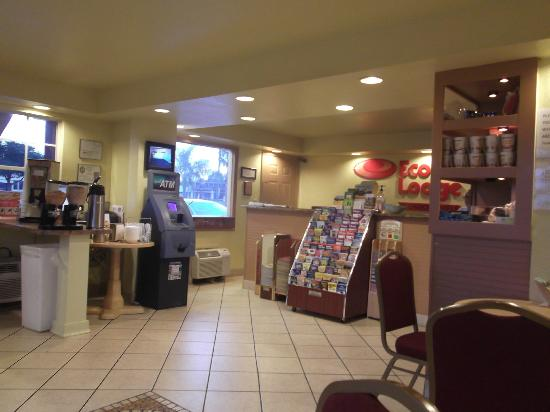 Econo Lodge  Inn & Suites Maingate Central: Réception et ATM ( $$$)