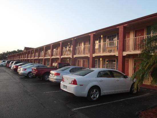Econo Lodge  Inn & Suites Maingate Central: Chambres sur 2 étages.