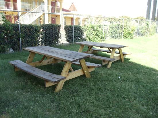 Red Roof Inn - Waco: Guest Outdoor Seating