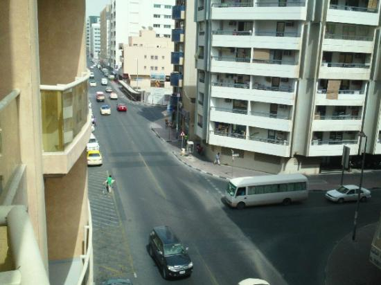 Dar Al Sondos Hotel Apartments by Le Meridien: going down the street