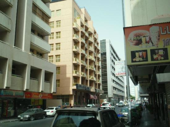 Dar Al Sondos Hotel Apartments by Le Meridien: looking at hotel from street