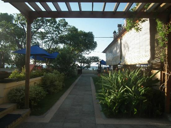 Villa Grasia Resort & Spa: Pathway  looking towards beach Reception/restaurant on right pool on left
