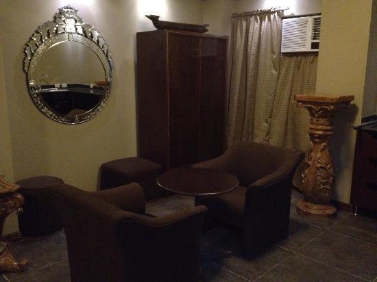 New Era Pension Inn Cebu: a small sala and mini kitchen with refrigerator