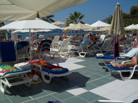 Grupotel Playa Camp de Mar: Sun terrace around the Pool