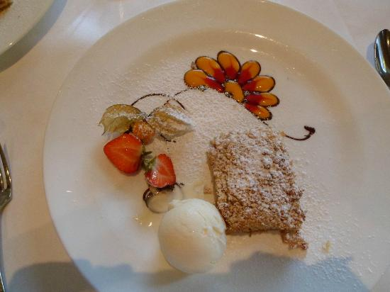 Cromleach Lodge Country House Hotel: This is the best apple crumble ever! We thought the flower was a pattern on the plate!