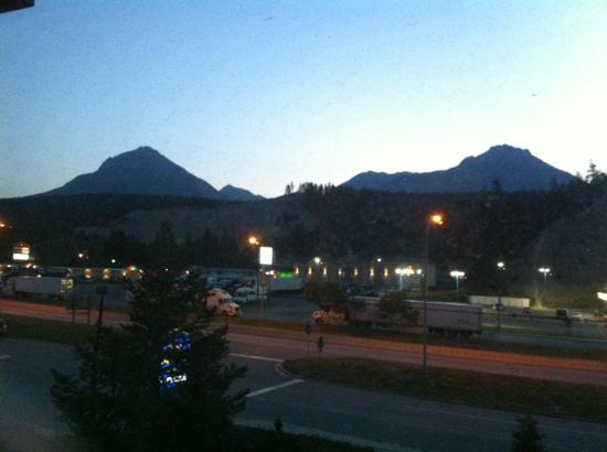 Prestige Inn Golden: yes it's beside the road ... but the mountains are beautiful