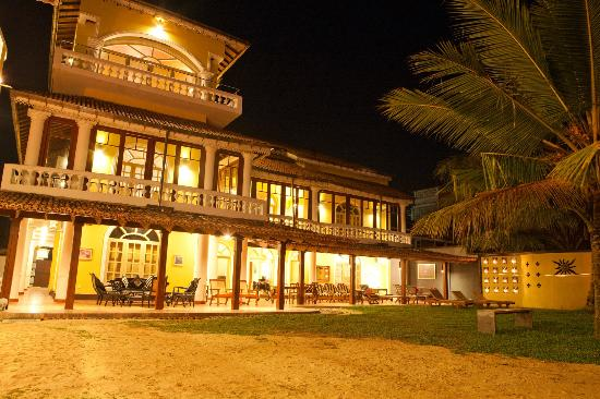 Cocoon Sea Resort: Hotel at night