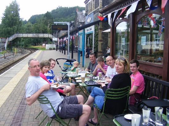 Alpine Coffee Shop: Outdoor sitting area