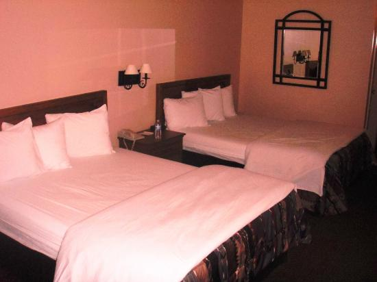 Noor Hotel: Two big beds