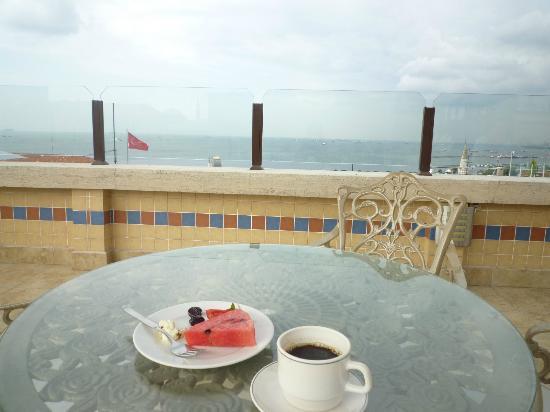 Hotel Fehmi Bey: 屋上のテラスで朝食(ボスフォラス海峡側)