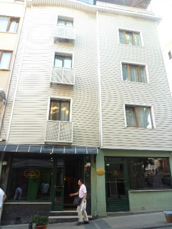 Hotel Fehmi Bey: ホテル正面
