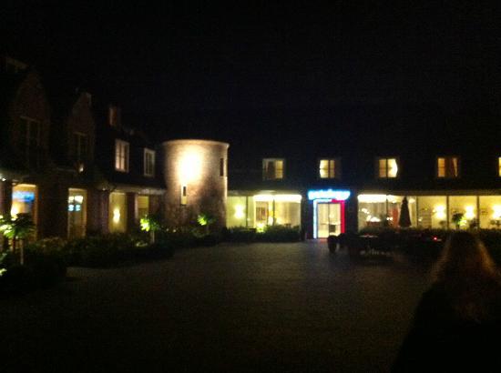 BEST WESTERN PREMIER Weinebrugge: Hotel Entrance at night.