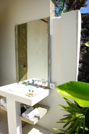 D'Tunjung Beach Resort: outdoor bathroom