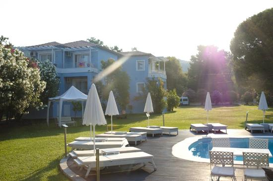 Mandraki Village Boutique Hotel: Beautiful grounds