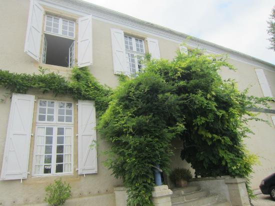 Le Chateau de Projan : wisteria clad front of house