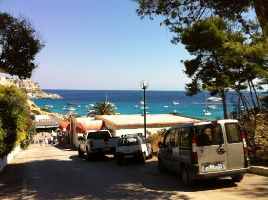Albergo Rossana: Vista mare appena fuori dell' albergo
