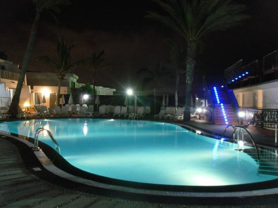 Apartamentos Fariones: piscina