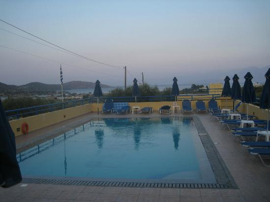 Penelope Apartments : pool with a view!