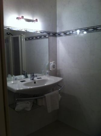 Hotel Des Consuls : la salle de bain, on voit dans le reflet comment fonctionne la douche.