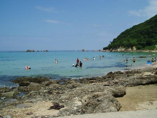 Hacchohama Kobama Beach: 遠浅で適当な磯があり、目の届きやすい小さい子供連れには絶好の、お気に入りの浜です。
