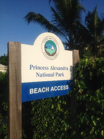 Villa del Mar: Beach access directly across from hotel