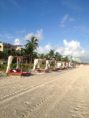 Villa del Mar: Chairs/towels/service on beach just for guests