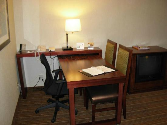 Embassy Suites by Hilton Parsippany: Work desk