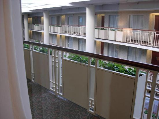 Embassy Suites by Hilton Parsippany: The atrium