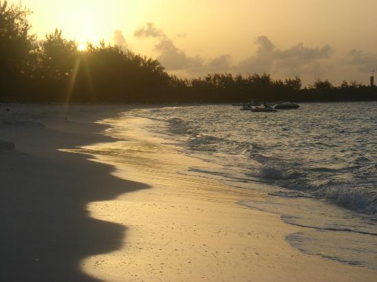 Paradise Bay Bahamas: Coucher du soleil sur la plage