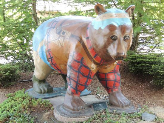 The Lodge at Riverside: Bear outside of entrance
