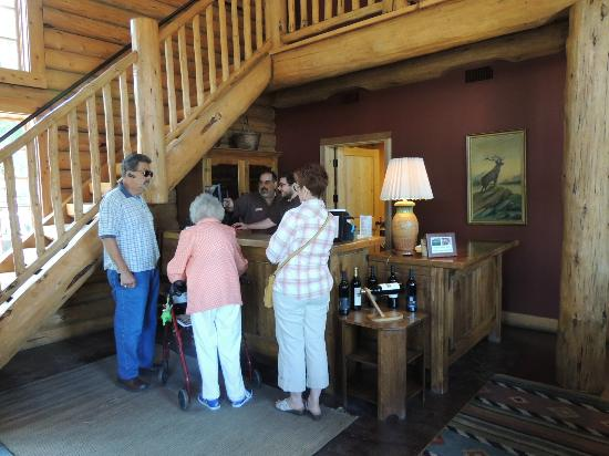 The Lodge at Riverside: Check in desk and lobby