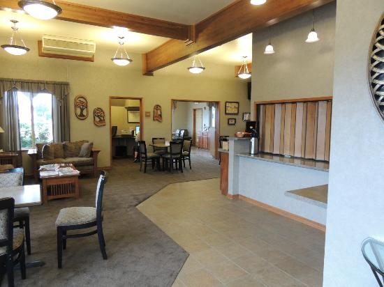 BEST WESTERN Holiday Hotel: Lobby area with free breakfast
