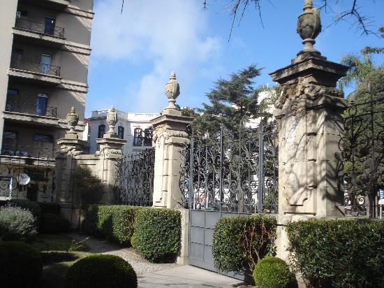 Palacio Taranco: Jardín a la Plaza