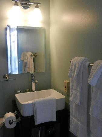 ‪‪Parker House Inn and Restaurant‬: New bathrooms‬