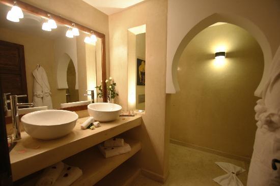 Riad Pourpre Medina: La salle de bain de notre chambre.