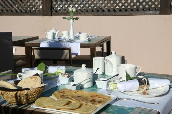 Riad Pourpre Médina: Les petits déjeuner très copieux que nous avons pris sur la terrasse.