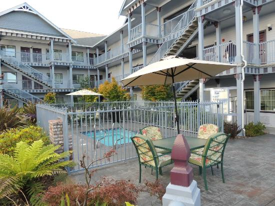 Best Western Plus Bayshore Inn: Garden and Koi pond with jacuzzi for adults only area