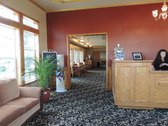 BEST WESTERN PLUS Bayshore Inn: Lobby to breakfast area