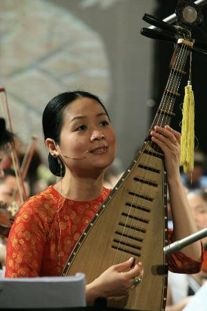 Ca Tru Thang Long: World Master Pham Thi Hue sing and play ty ba