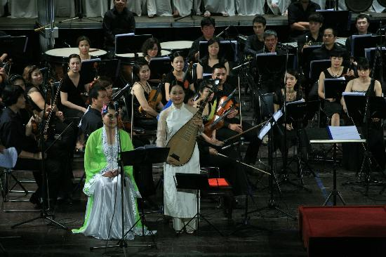 Ca Tru Thang Long: World Master Pham Thi Hue and Orchestra performance in Opera house