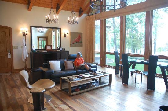 Primland: Cardinal E: living room