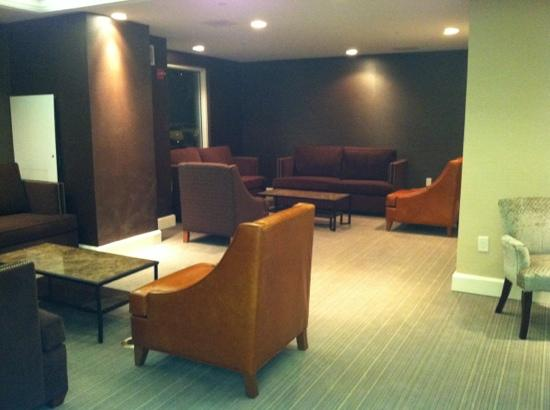 Hampton Inn NY - JFK: seating area