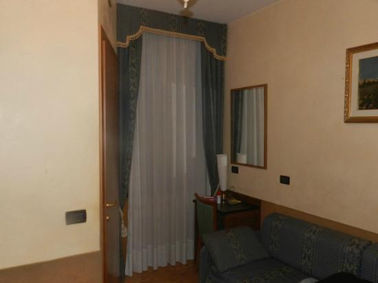 Hotel Atlantide: Window and door to bathroom on left